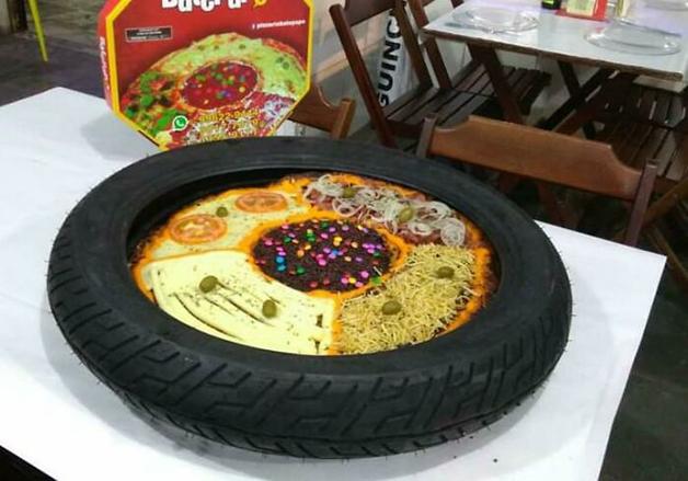 Não bastasse a pizza com tantos sabores, mas ela veio servida dentro de um pneu