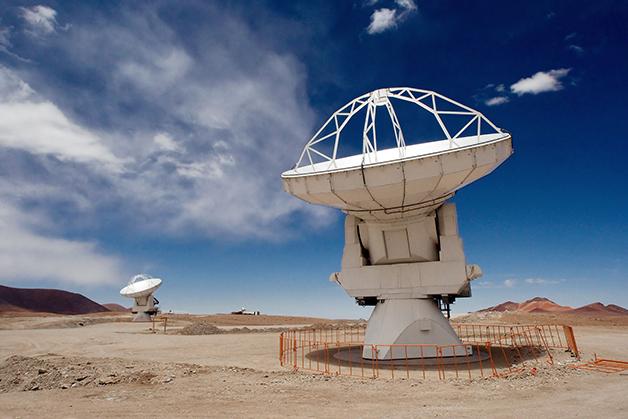 Duas antenas no Atacama Large Millimeter Array (ALMA), no Chile