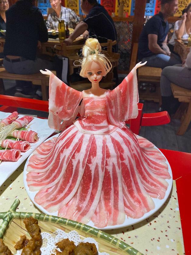 Barbie vestida de carne