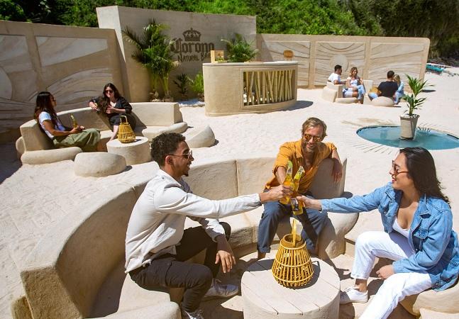 Cerveja Corona inaugura Bar 100% Natural feito de bambu, argila e madeira em praia de Floripa