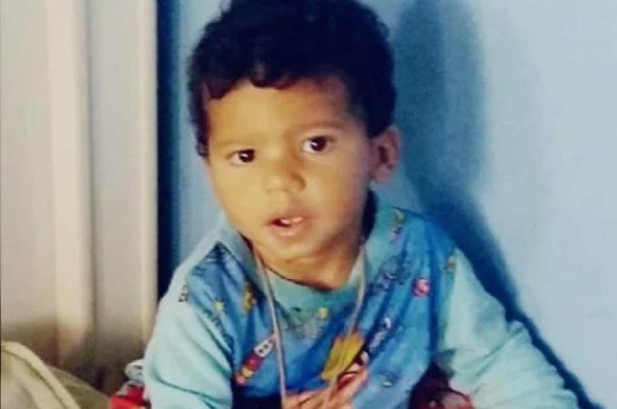 Bebê de um ano e meio morre atingido por tiro enquanto cortava o cabelo