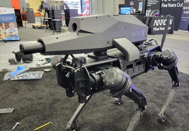 Cachorro robô equipado com rifle é tendência assustadora na indústria armamentista