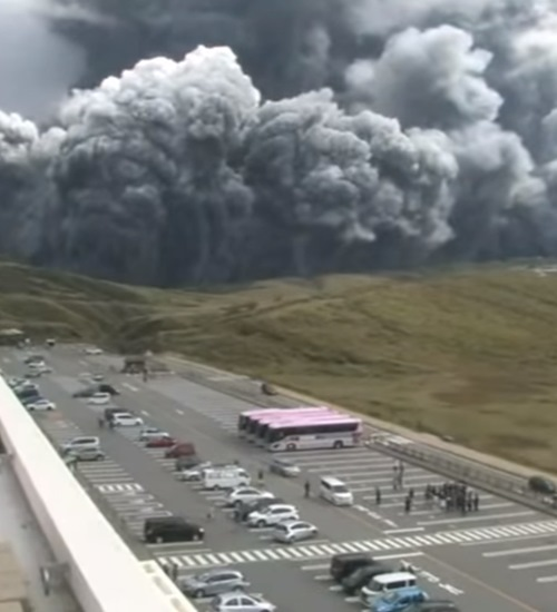 Monte Aso: vulcão no Japão entra em erupção e imagens impressionam