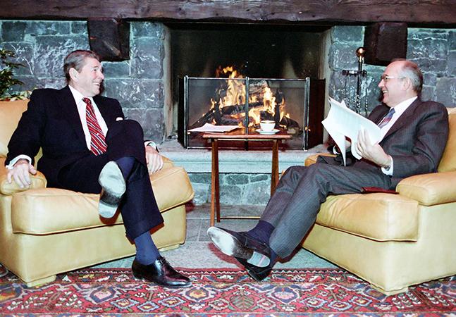 Presidente dos EUA e o líder soviético discutiram invasões alienígenas em plena Guerra Fria