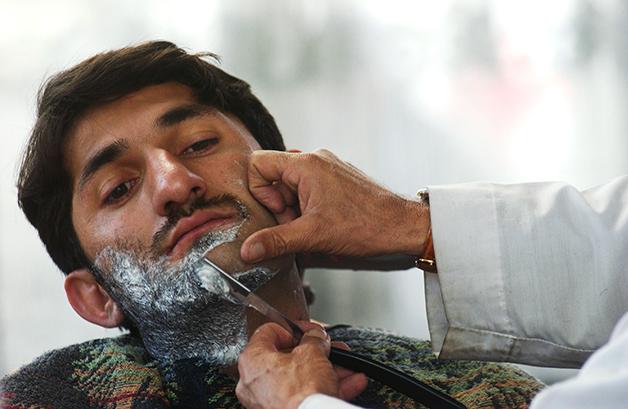 Barba sendo feita em Cabul, em 2003
